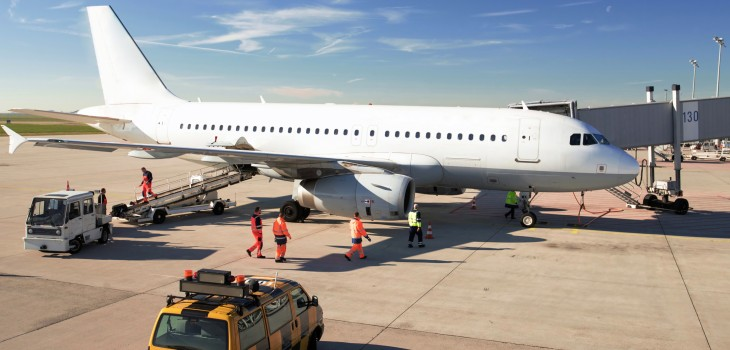 Abfertigung eines Flugzeuges am Flughafengebude - Verladung von Gepck und Check durch Bodenpersonal // Handling of an airplane at airport - loading of baggage and check by ground personnel